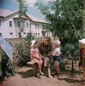 Семья на бульваре нового города, построенного в голой степи для обслуживания Волго-донского канала, 1952